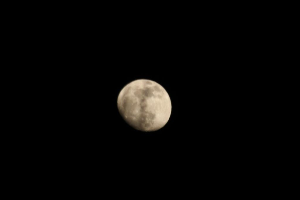 M-o-o-n,  that spells moon. by mandyj92