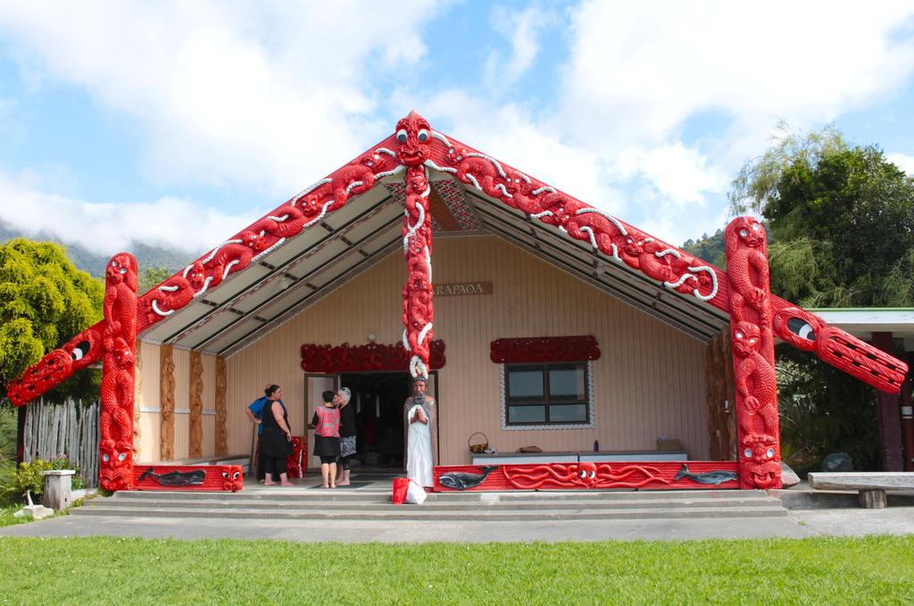 Arapaoa Whare Nui Waikawa  by kiwinanna