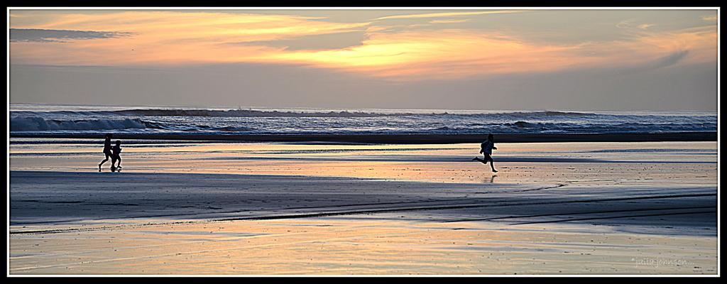 Sunset beach runners by julzmaioro
