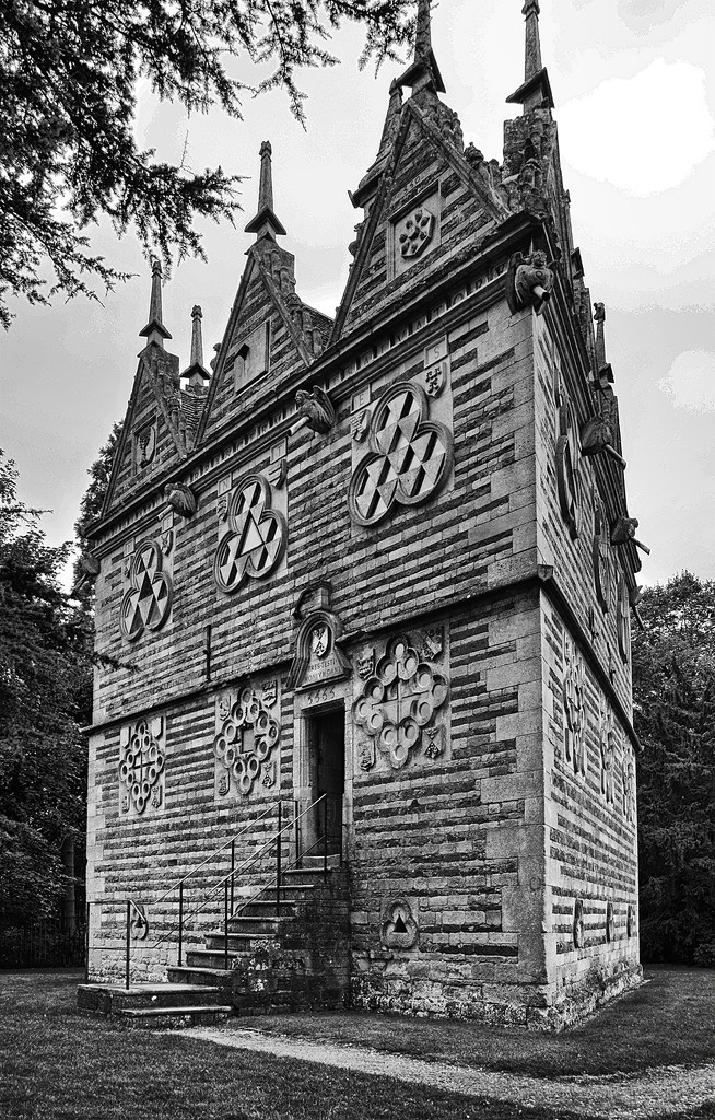 Rushton Triangular Lodge by pistonbroke