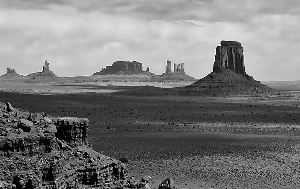 Monument Valley in Mono by soboy5