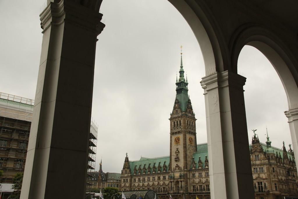 Hamburg Rathaus  by bizziebeeme