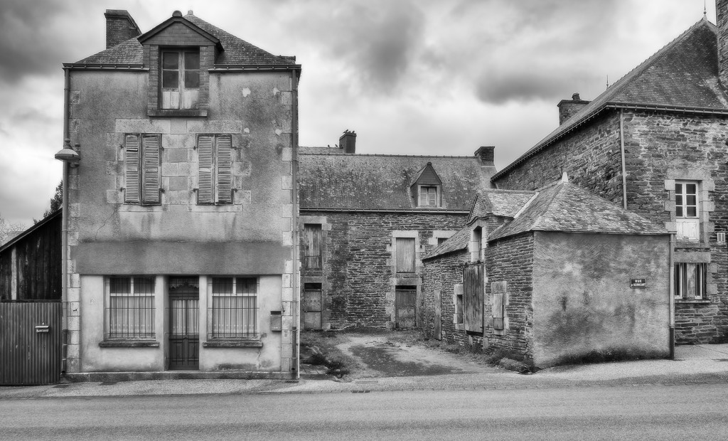PLAY Feb - Fuji 18mm f/2: Rue Kernéant, Loyat by vignouse