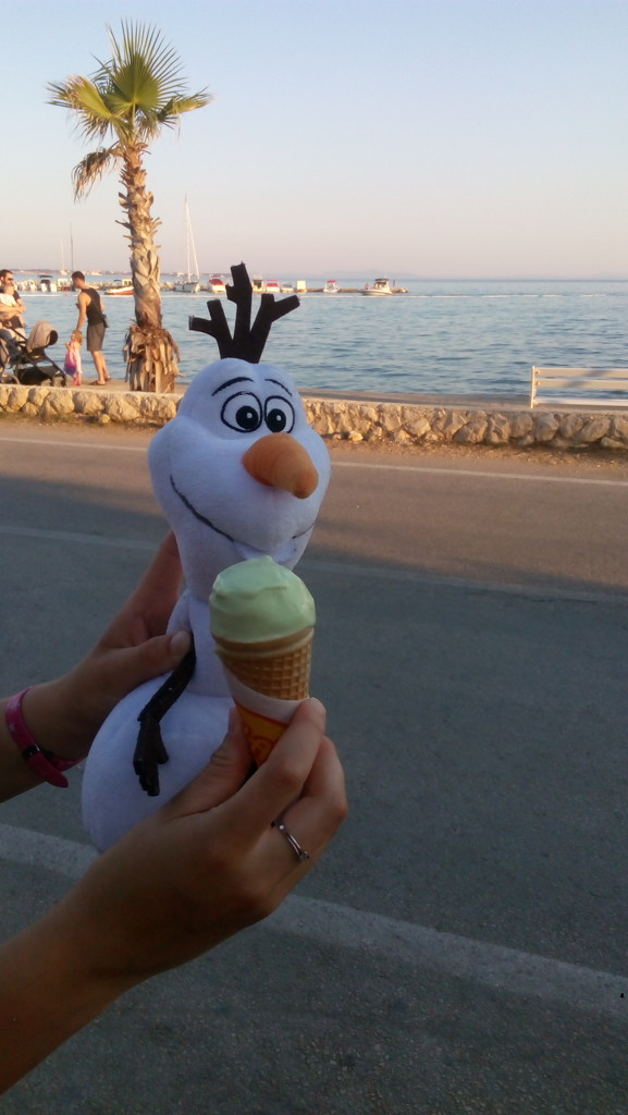 Olaf with ice cream by jakr