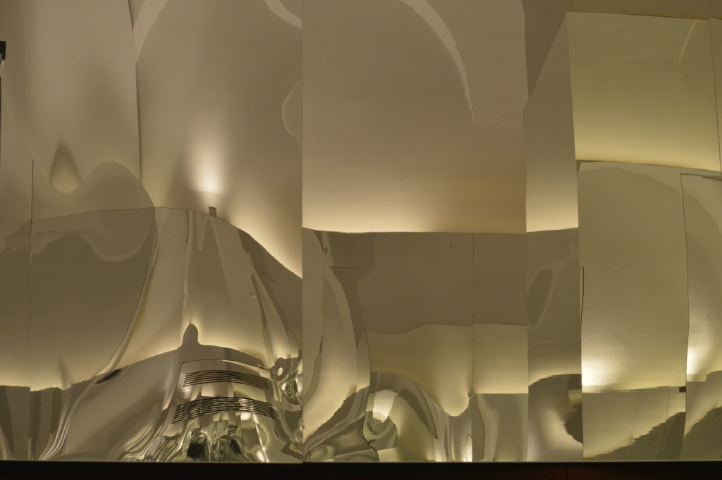 Another mirrored wall by caterina