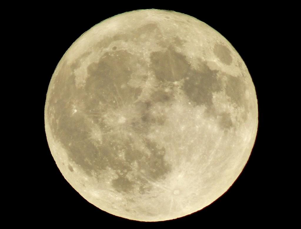 Lunar beauty by julienne1