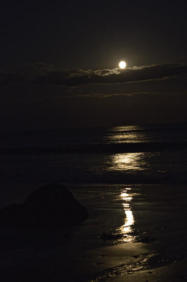 Moon rise over the Channel by redandwhite