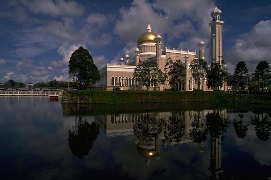 22 Sultan Omar Ali Saifuddin Mosque, Brunei by travel