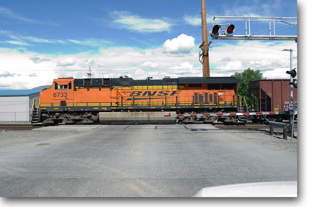 BNSF 6733 ES44C4 by byrdlip