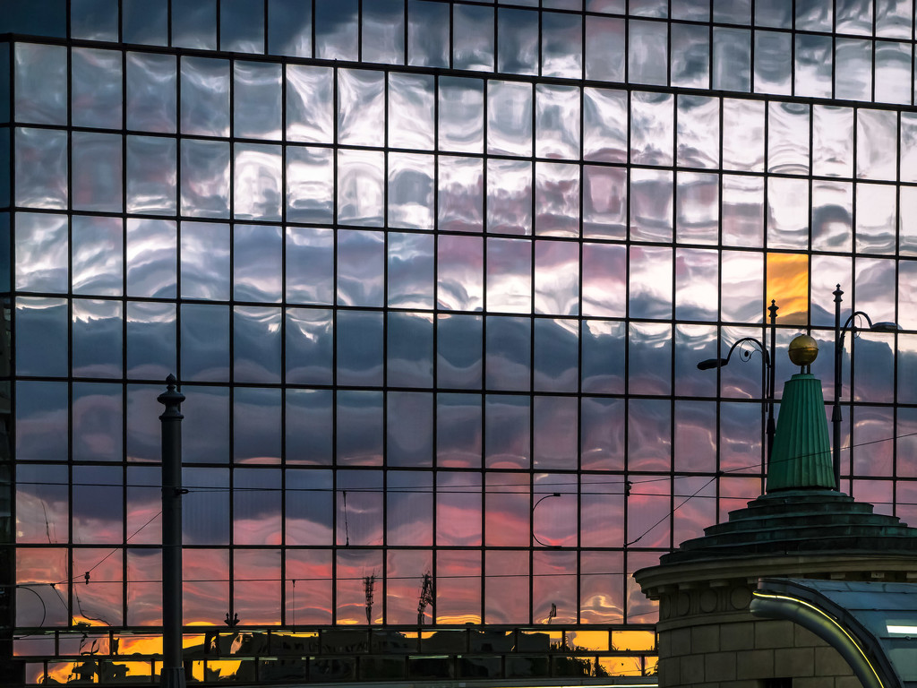Sunset in the city by haskar