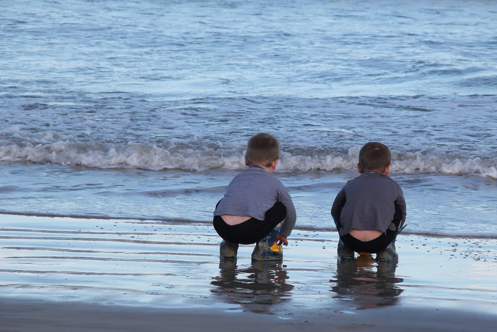 Watching the waves in unison! by gilbertwood