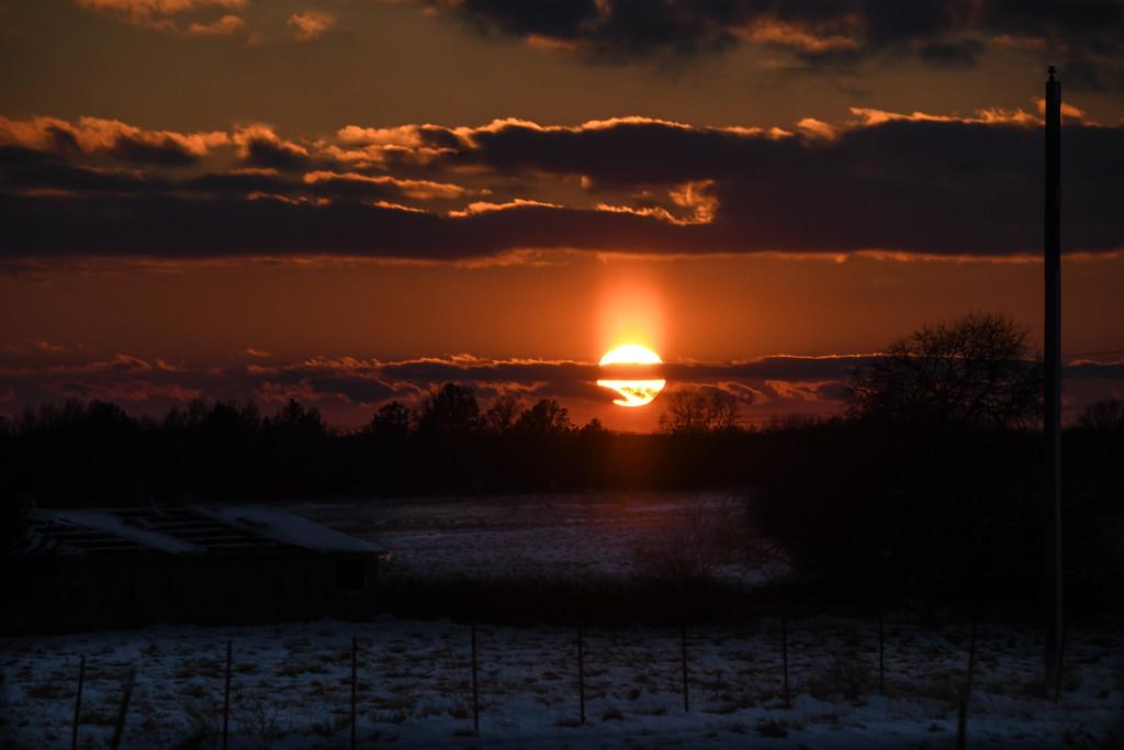 Snowy Sunset by kareenking
