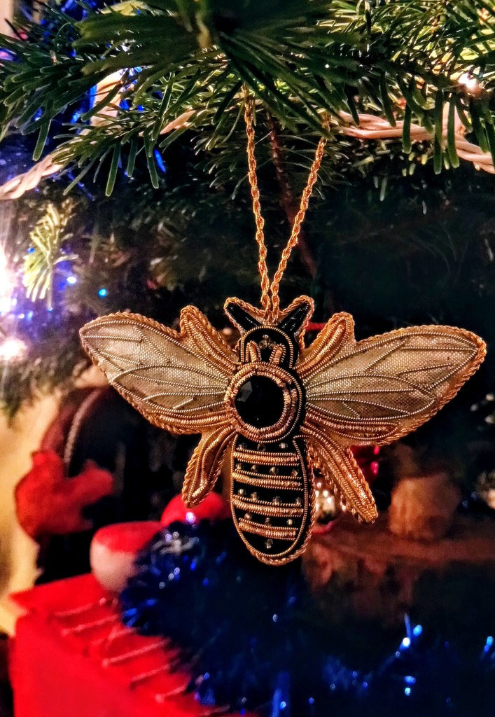 Festive bee by boxplayer