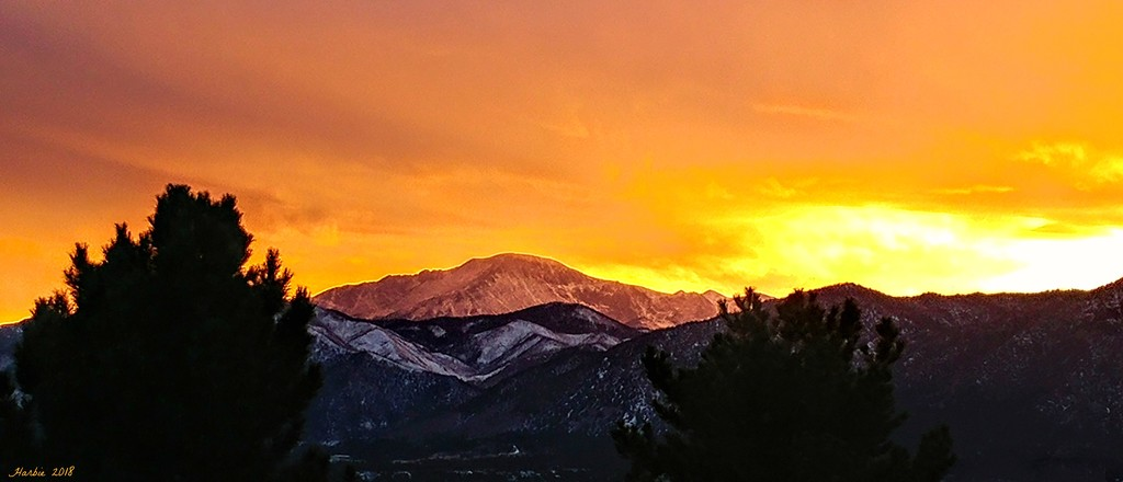 Sunset on Pikes Peak by harbie