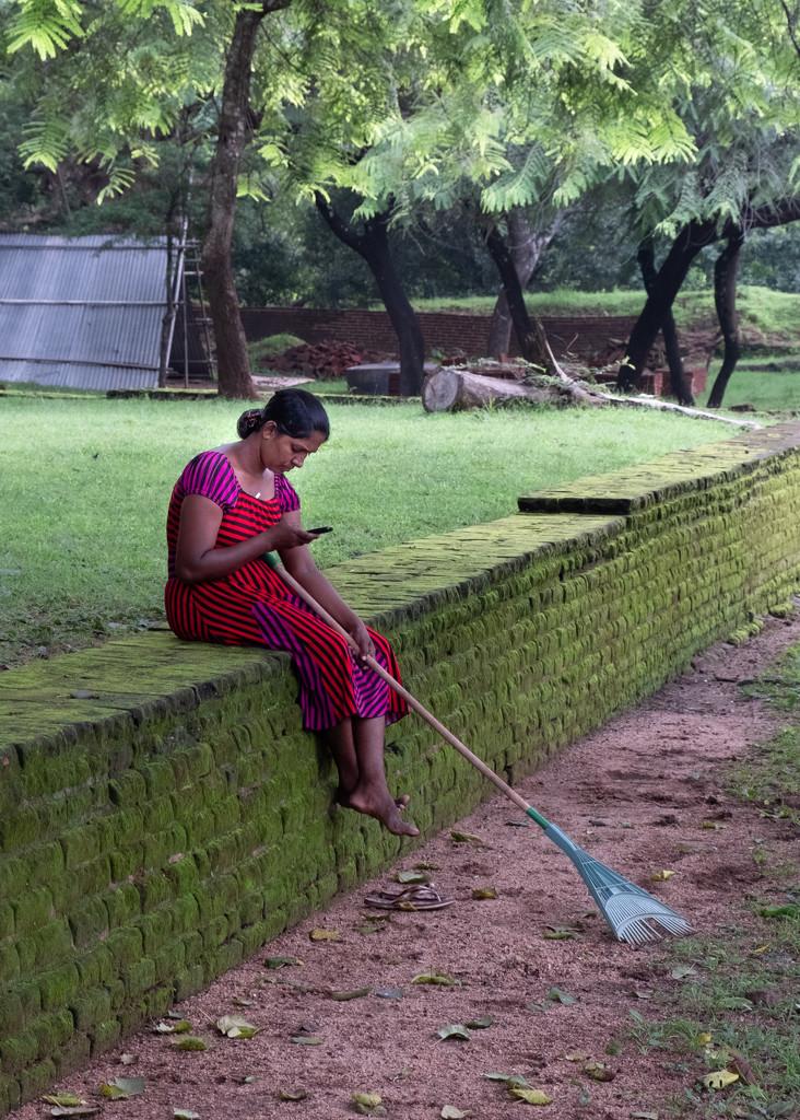 Gardener and iPhone by golftragic