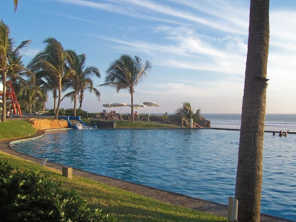 Pool meets Ocean by bruni