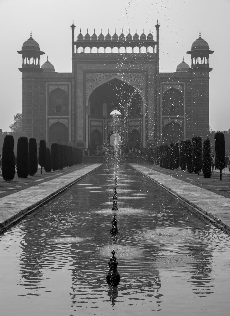 Taj Mahal: Main gateway from the inside by golftragic