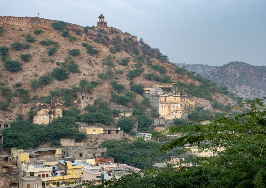 Jaipur: lone hilltop building by golftragic