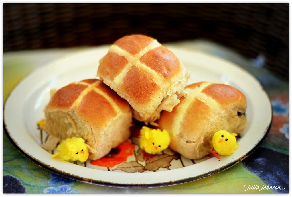 Hot Cross Buns... by julzmaioro
