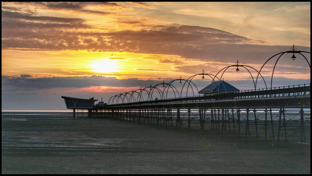 Thanks for the lovely comments and faves on my Southport pier shots. And there's more 😊 by lyndamcg