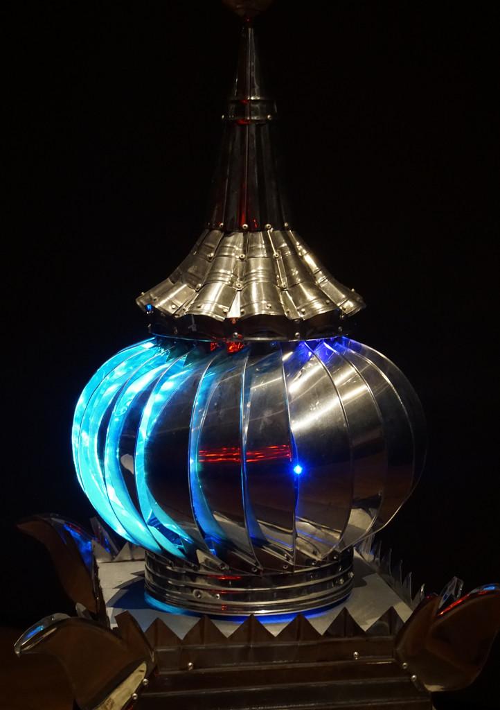 Intriguing sculpture with lights  by fr1da