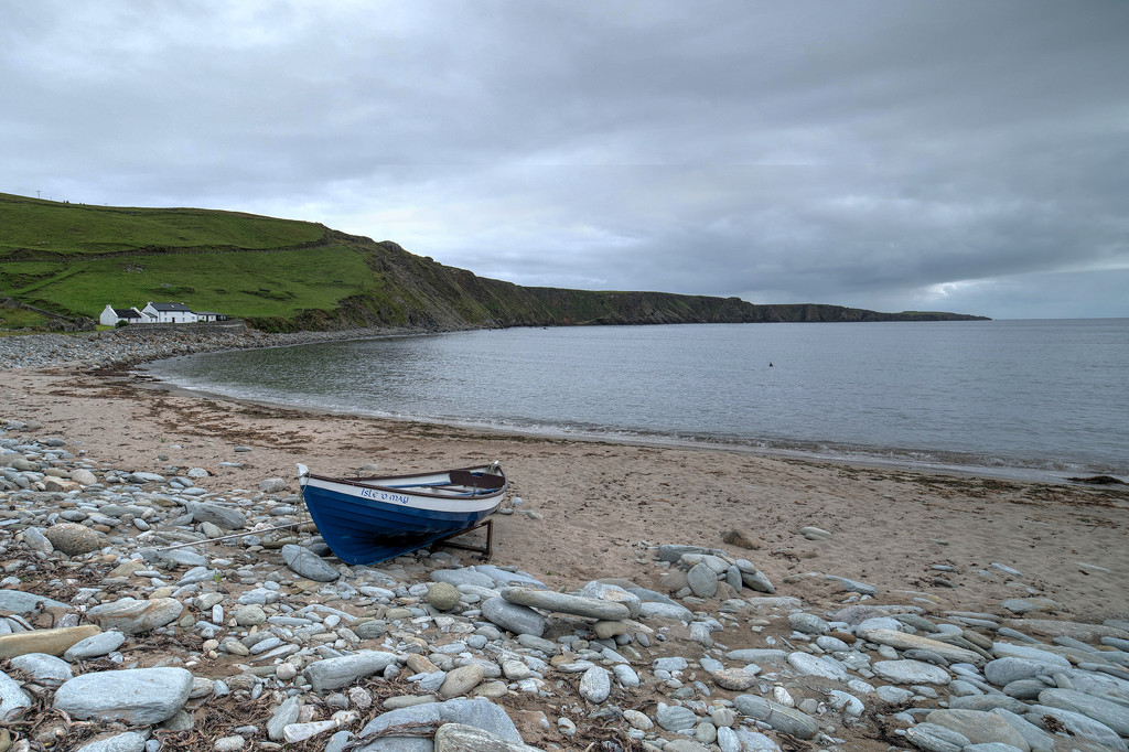 A boat, a beach, a bay by ellida