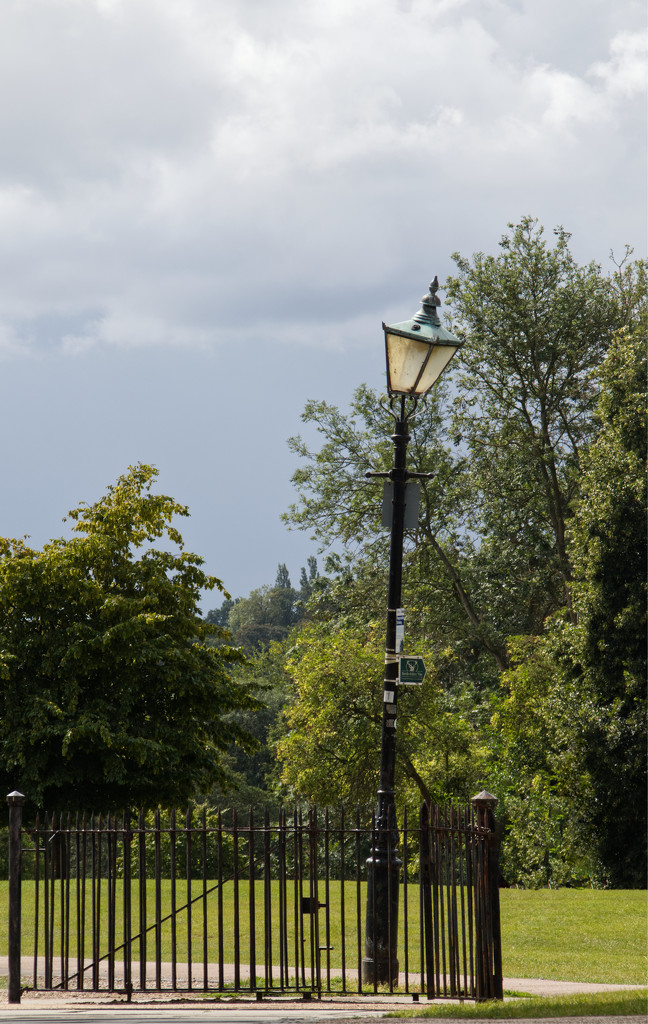 A wonky lamppost by mave