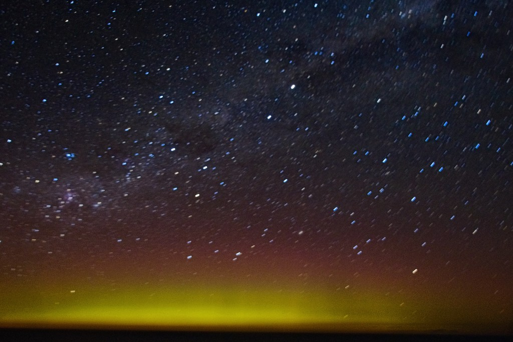 Aurora Australis at midnight by kiwinanna