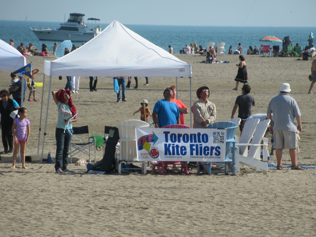 Toronto Kite Fliers - at The Beaches by bruni