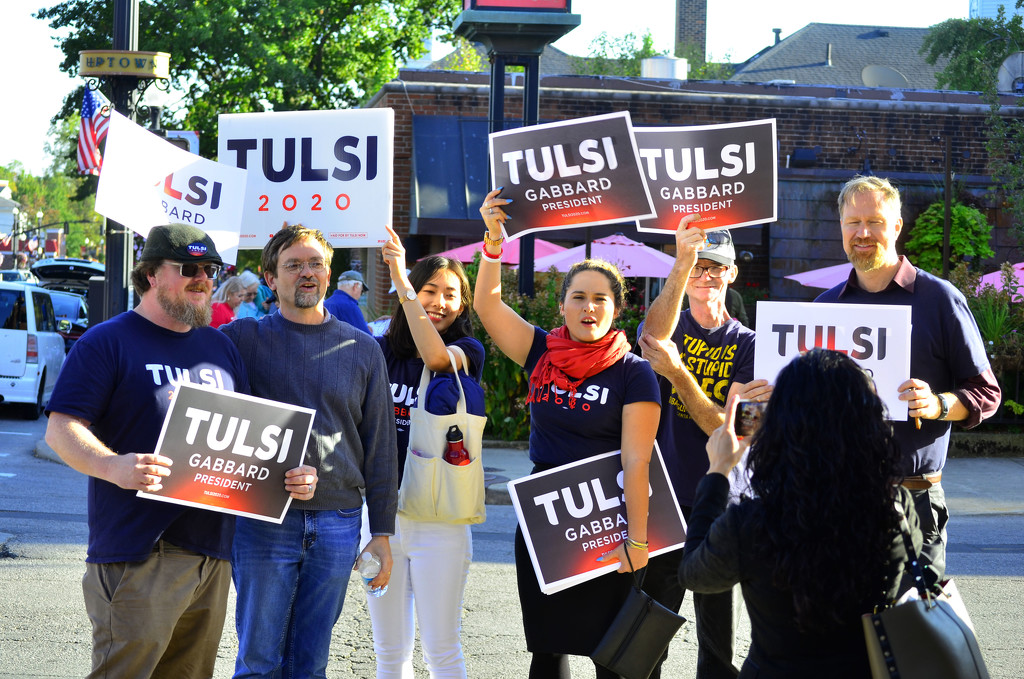 Tulsi supporters  before the debate by ggshearron