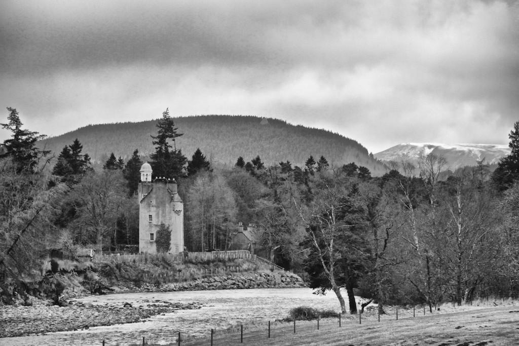 Abergeldie Castle by jamibann