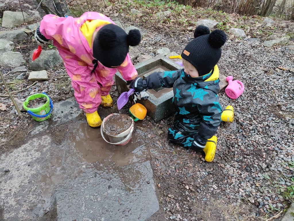 Mimi and Sisu are making mud soup but not edible by annelis