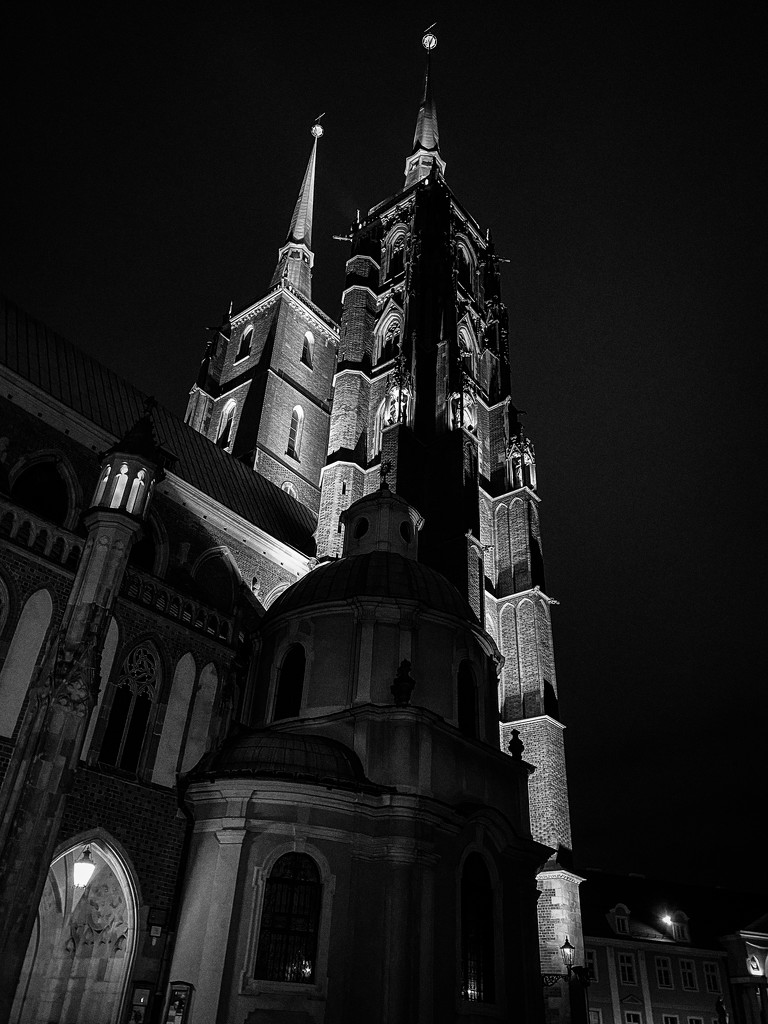 Approaching the Cathedral from the back by jyokota