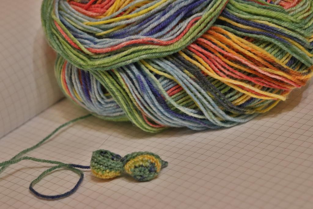 Вяжу сердечки из красочной пряжи Opal by nyngamynga