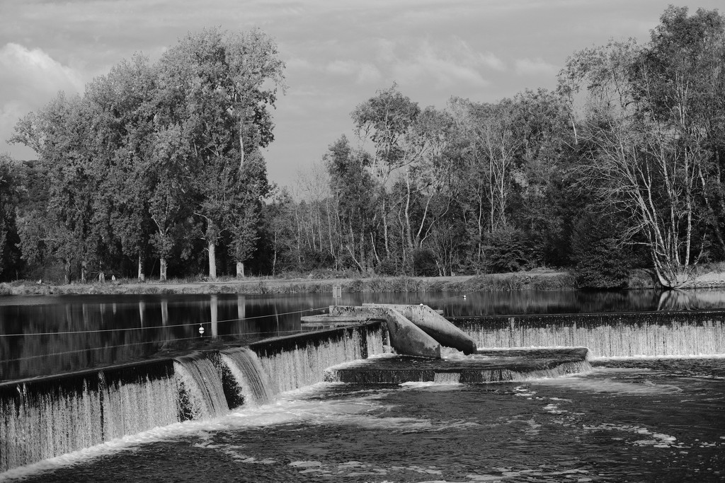 A weir on the Nantes-Brest canal at Châteaulin... by vignouse