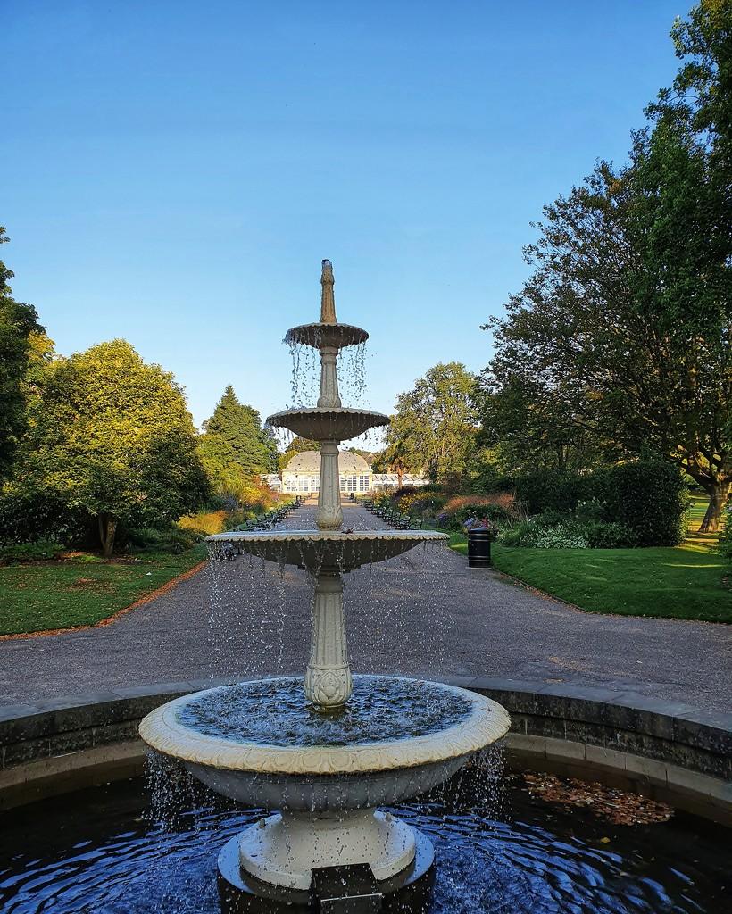 Botanical gardens fountain, Sheffield, UK by isaacsnek