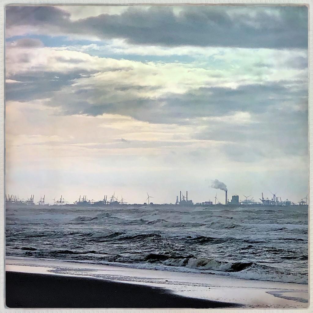 Harbor at sea by mastermek