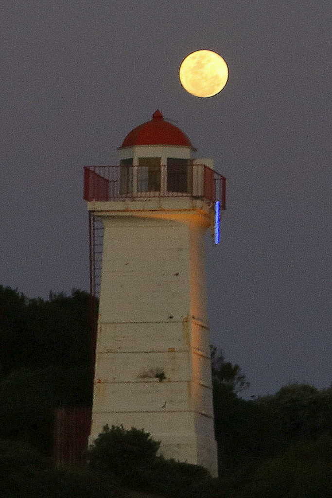 Moonrise at the lighthouse by gilbertwood