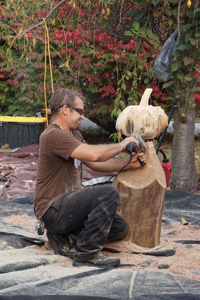 Carving a pumpkin by tunia