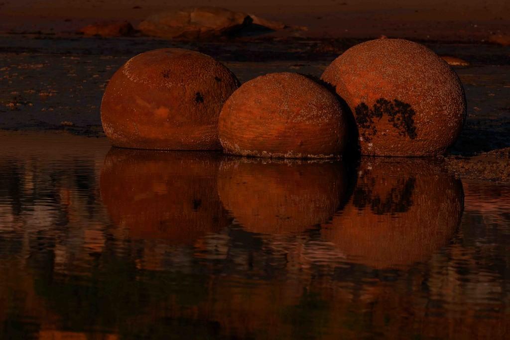 Not the Moeraki boulders by maureenpp
