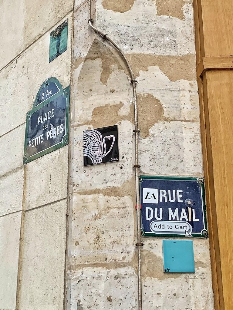 A black heart between Place des petits pères and rue du mail.  by cocobella