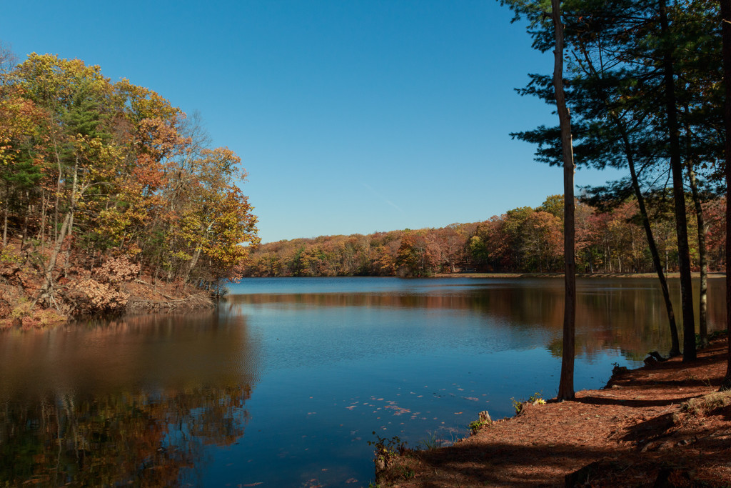 Clear skies over the reservoir. by batfish