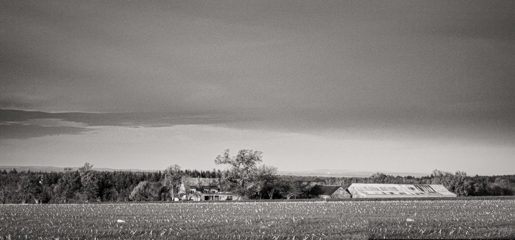Farm across the fields... by vignouse
