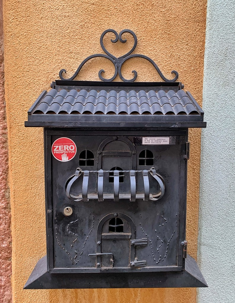 A heart on a mailbox.  by cocobella