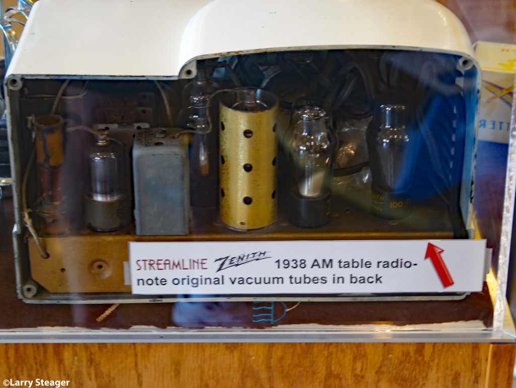 Old radio by larrysphotos
