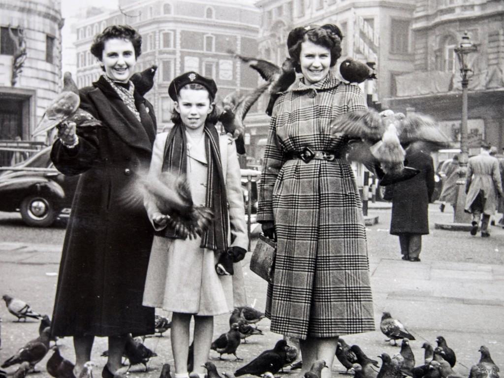 Pigeons in Trafalgar Square by happypat