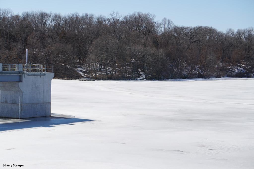 Frozen lake by larrysphotos