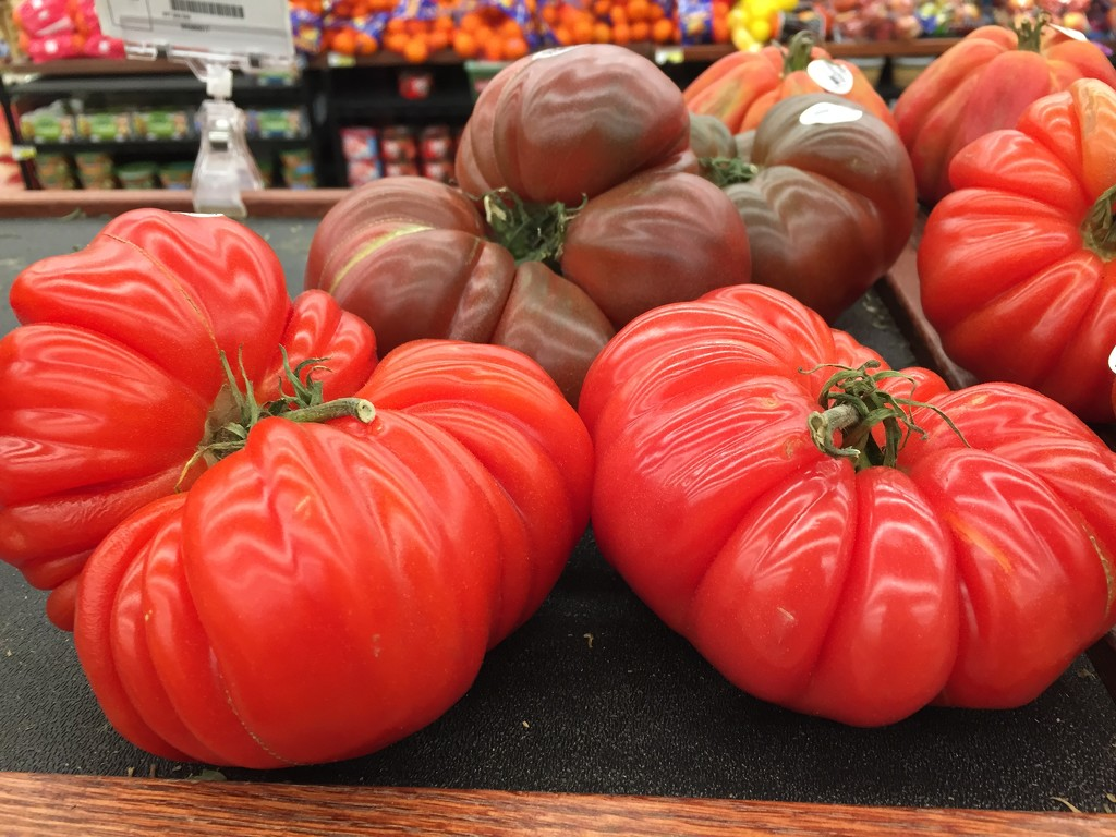 Heirloom tomatoes at the supermarket  by kchuk