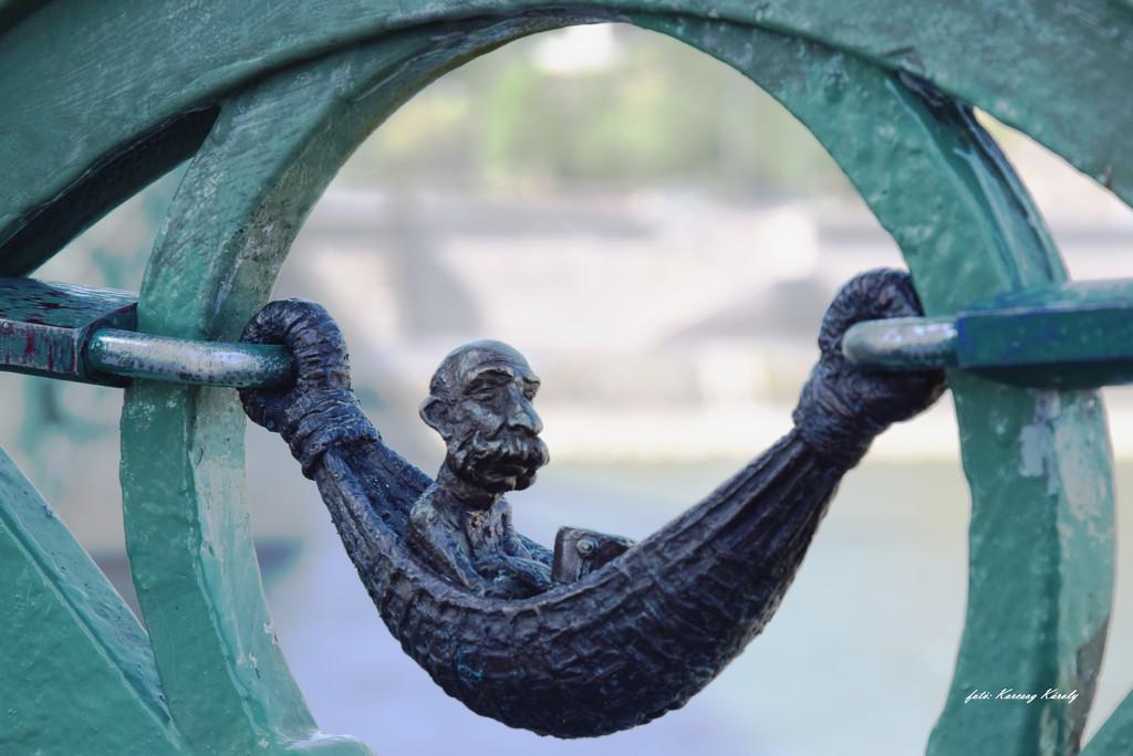 Hidden statues of Budapest ...... by kork