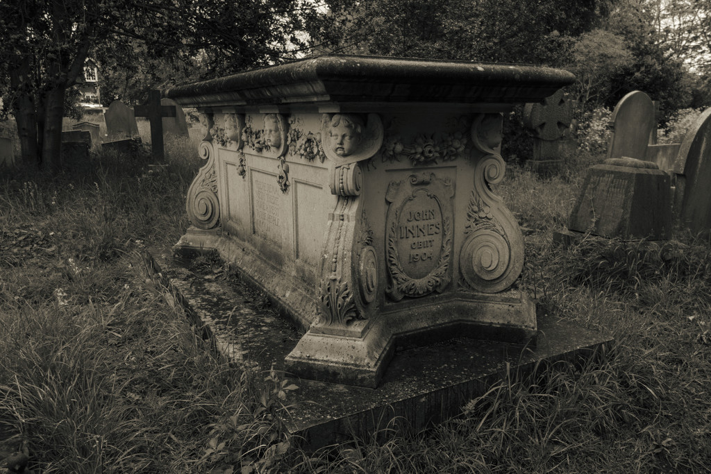 Here lies John Innes (St Mary's, Merton) by rumpelstiltskin